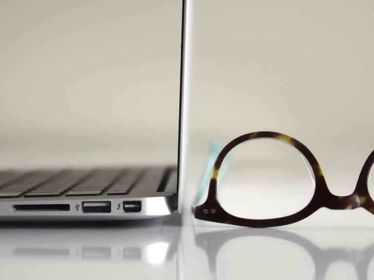okulary dopracy przy komputerze